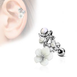 Piercing cartilage hélix fleur blanche