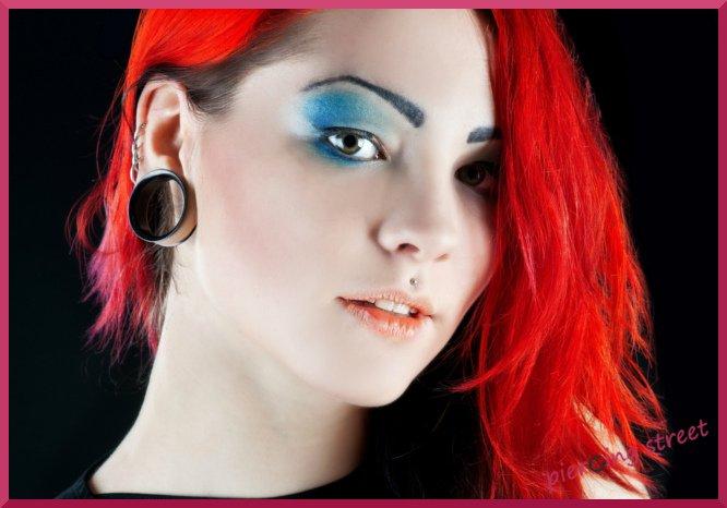piercings et plug sur oreille de femme